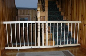 Zábrana dveře, schody 72-122 cm výška 74 cm